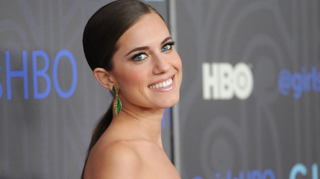 "Allison Williams Takes First Flying Lesson for ""Peter Pan Live!"" and Remembers ""Hero"" Robin Williams"