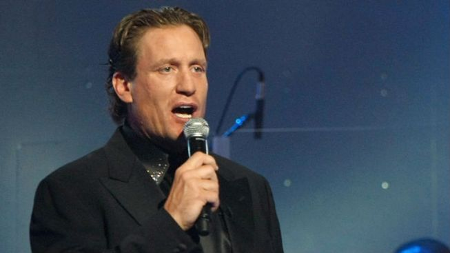 Former Blackhawks Forward Jeremy Roenick Smashes Glass With Slap Shot