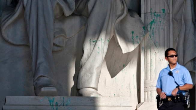 Crews Finish Green Paint Cleanup at Lincoln Memorial